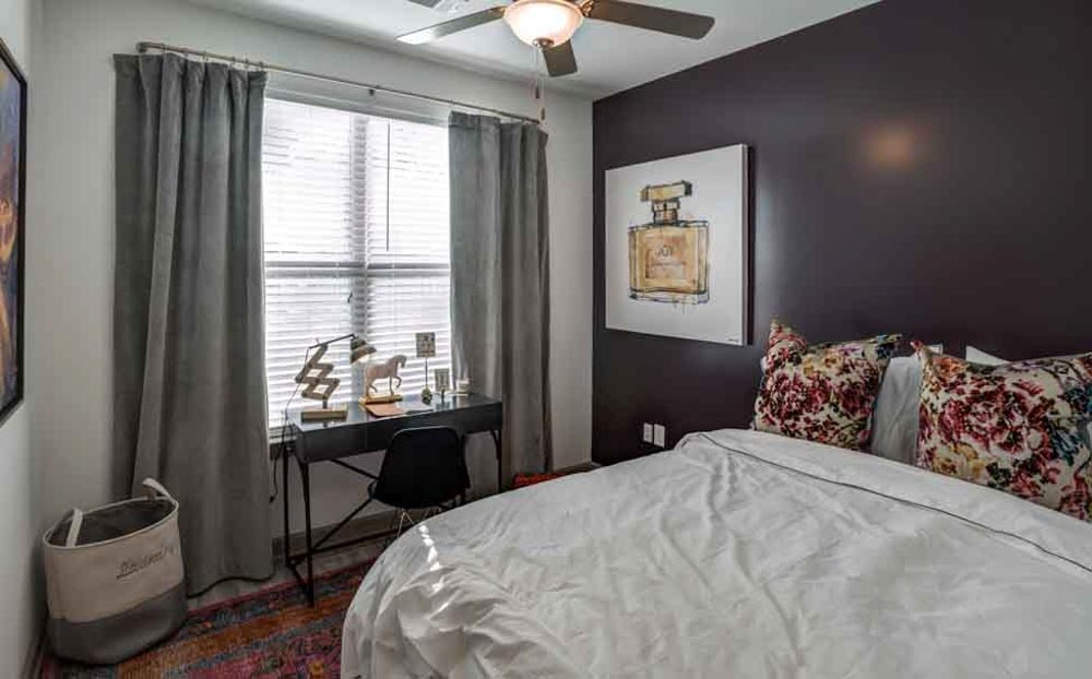 The-Boundary-@-West-End-Greenville-NC-Bedroom-With-Study-Desk-Unilodgers