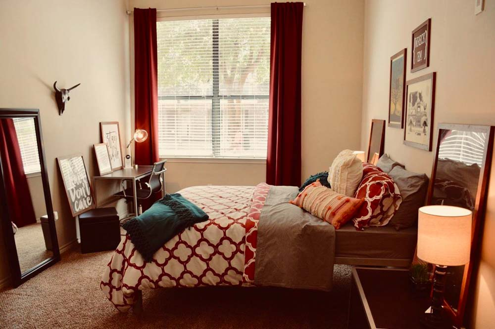 The-Centre-At-Overton-Park-Lubbock-TX-Bedroom-With-Study-Desk-Unilodgers