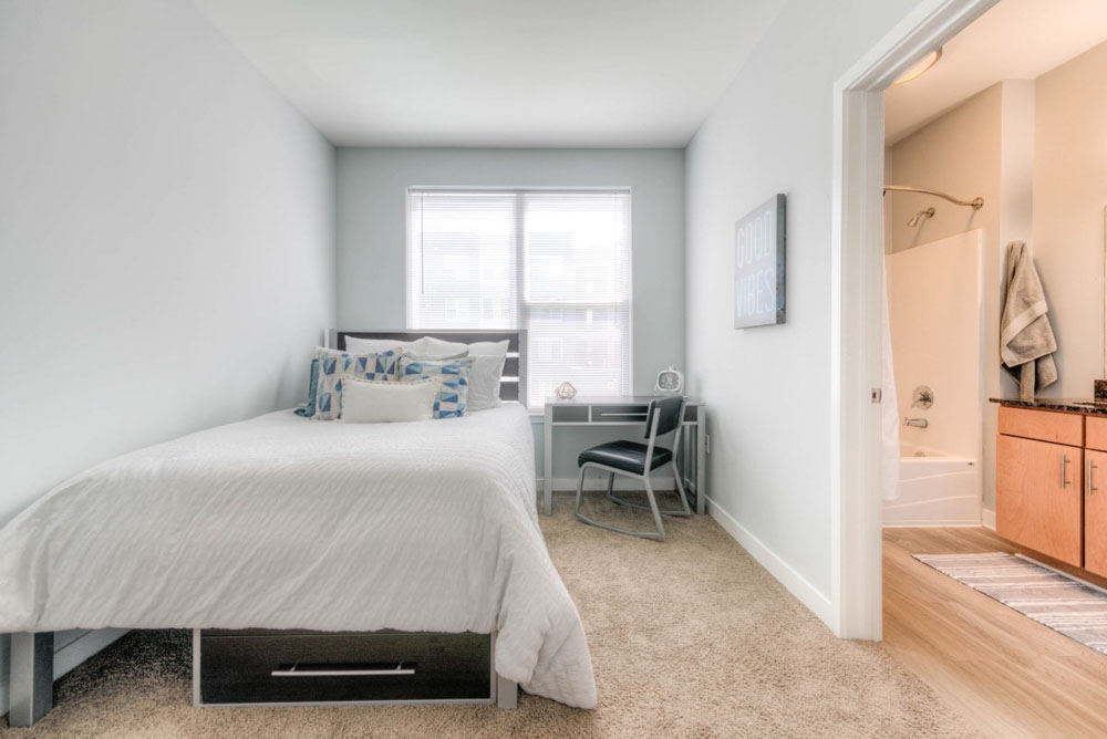 The-Clubhouse-Student-Apartments-Louisville-KY-Bedroom-With-Study-Desk-And-Chair-Unilodgers