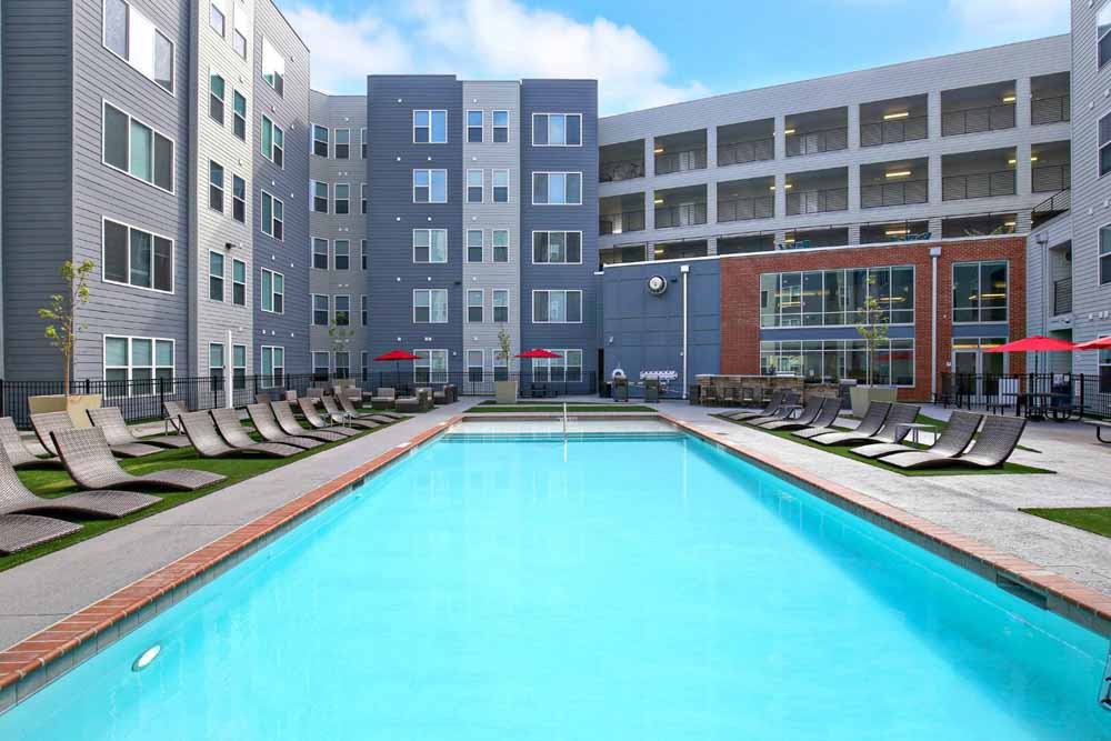 The-Clubhouse-Student-Apartments-Louisville-KY-Swimming-Pool-Unilodgers