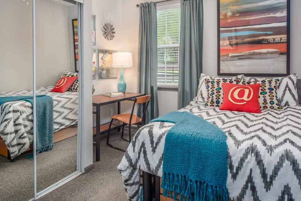 The-College-Inn-Raleigh-NC-Bedroom-2-Unilodgers