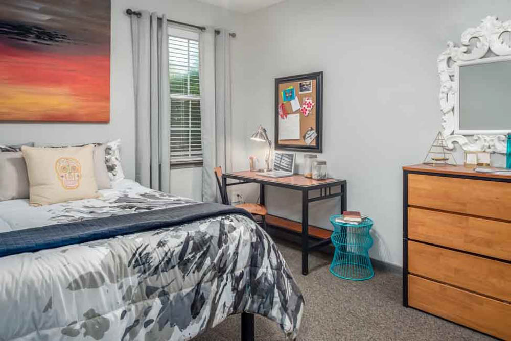 The-College-Inn-Raleigh-NC-Bedroom-With-Study-Desk-Unilodgers
