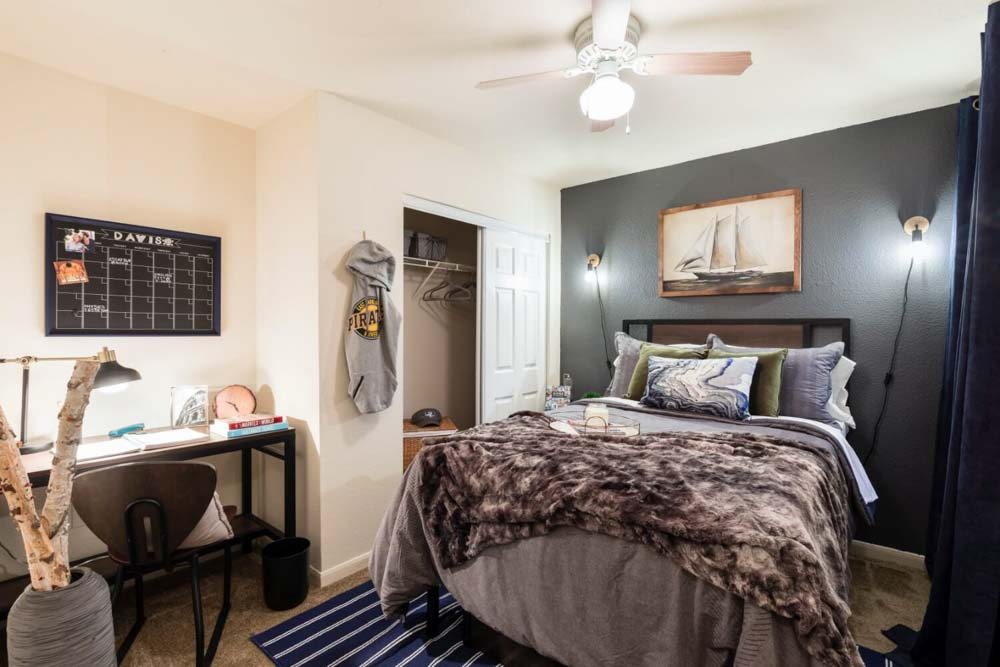 The-Davis-Greenville-NC-Bedroom-With-Study-Desk-Unilodgers