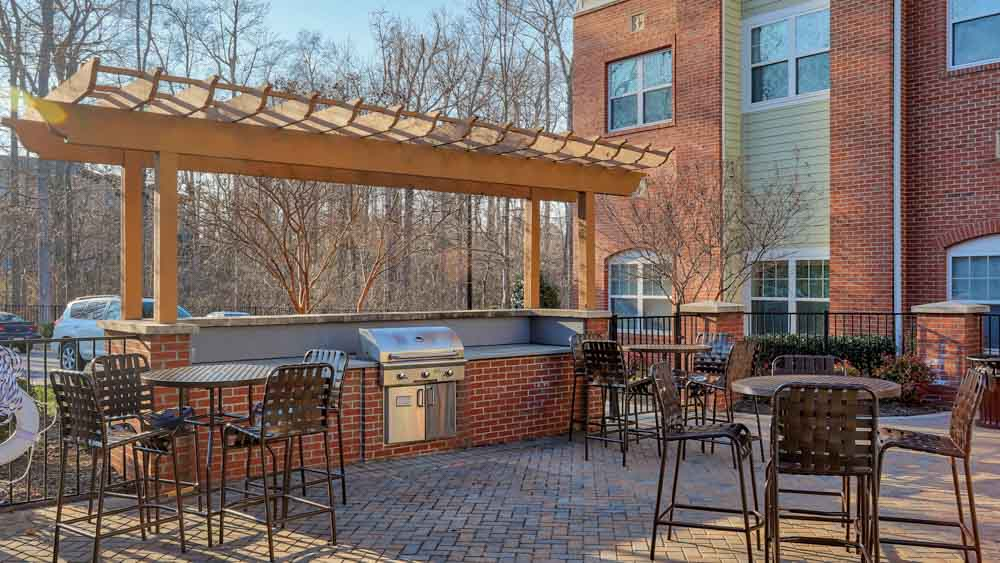The-Flats-At-Campus-Pointe-Charlotte-NC-Outdoor-Courtyard-With-Bar-Be-Que-Unilodgers