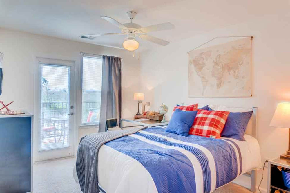 The-Flats-At-Carrs-Hill-Athens-GA-Bedroom-With-Study-Desk-Unilodgers