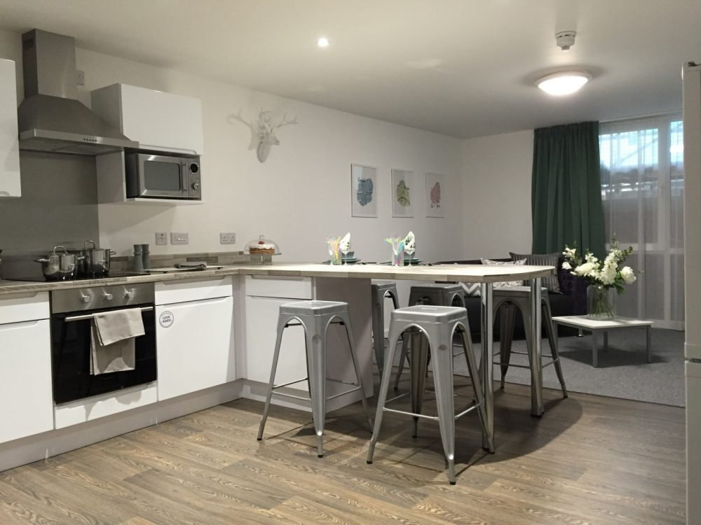 The-Glassworks-Leicester-Kitchen-With-Breakfast-Bar-Unilodgers