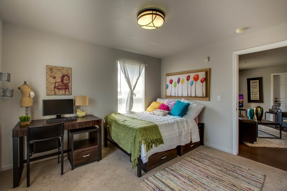 The-Landings-At-Chandler-Crossing-East-Lansing-MI-Bedroom-With-Study-Desk-Unilodgers