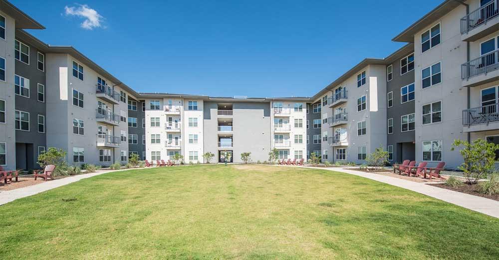 The-Luxx-San-Antonio-TX-Outdoor-Courtyard-Unilodgers