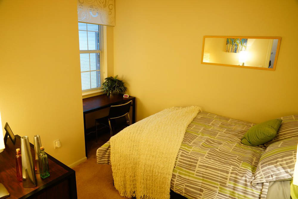 The-Pavilion-On-Berry-Saint-Paul-MN-Bedroom-With-Study-Desk-Unilodgers