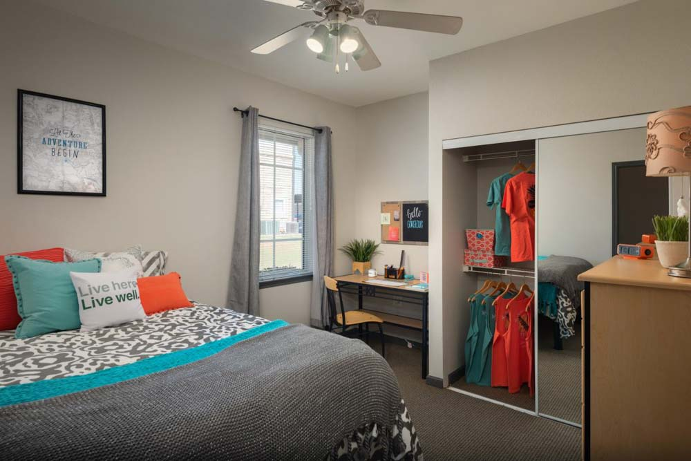 The-Reserve-On-Perkins-Stillwater-OK-Bedroom-With-Study-Desk-Unilodgers