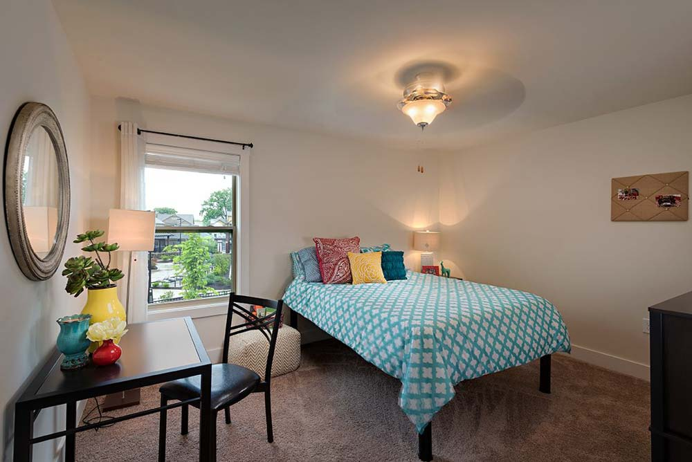 The-Retreat-At-Louisville-KY-Bedroom-With-Study-Desk-Unilodgers