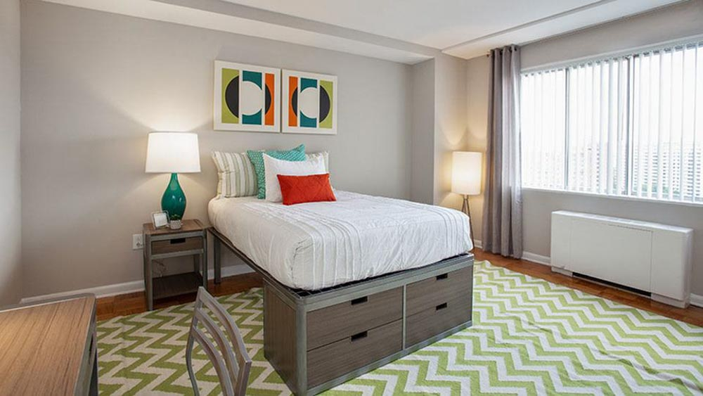 The-Social-North-Charles-Baltimore-MD-Bedroom-With-Study-Desk-Unilodgers