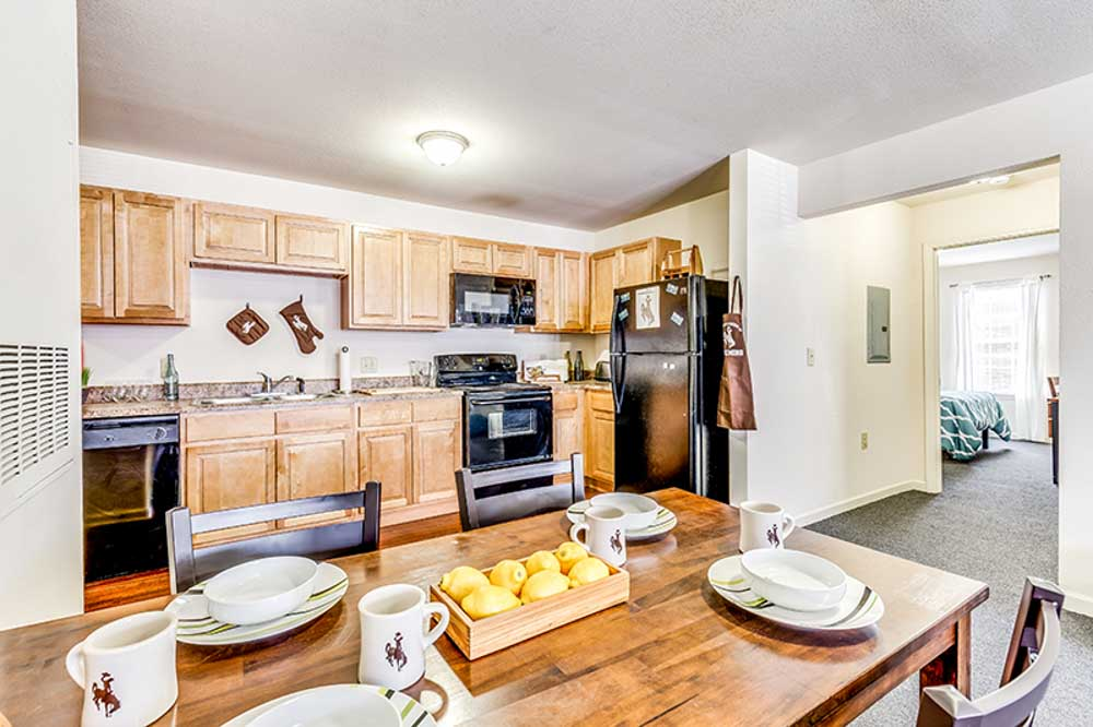 The-Verge-Laramie-WY-Kitchen-With-Dining-Table-Unilodgers