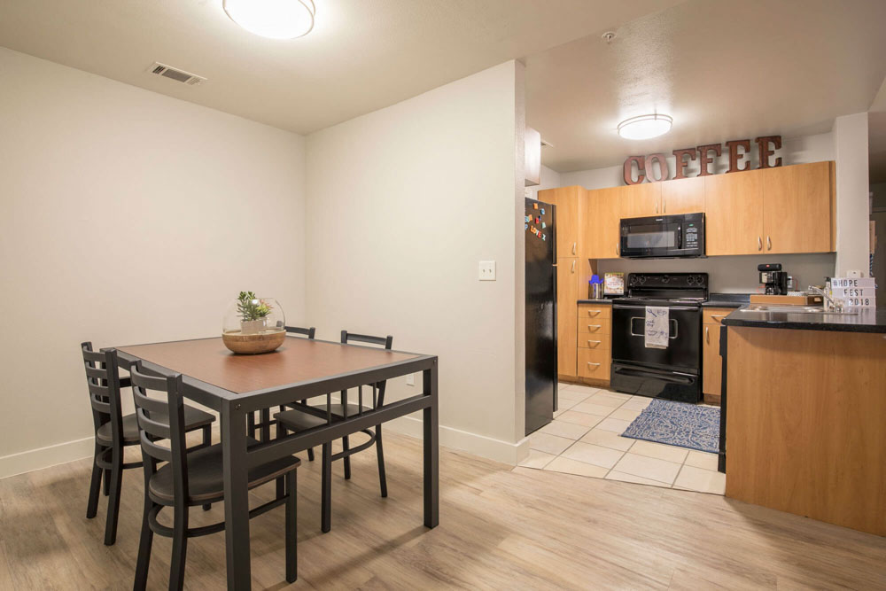 Thrive-Lubbock-TX-Kitchen-With-Dining-Table-Unilodgers