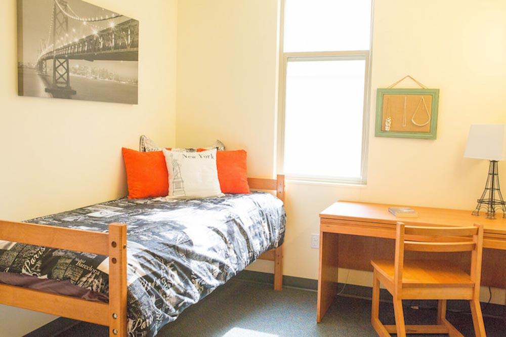 Titan-Court-Eugene-OR-Bedroom-With-Study-Desk-Unilodgers