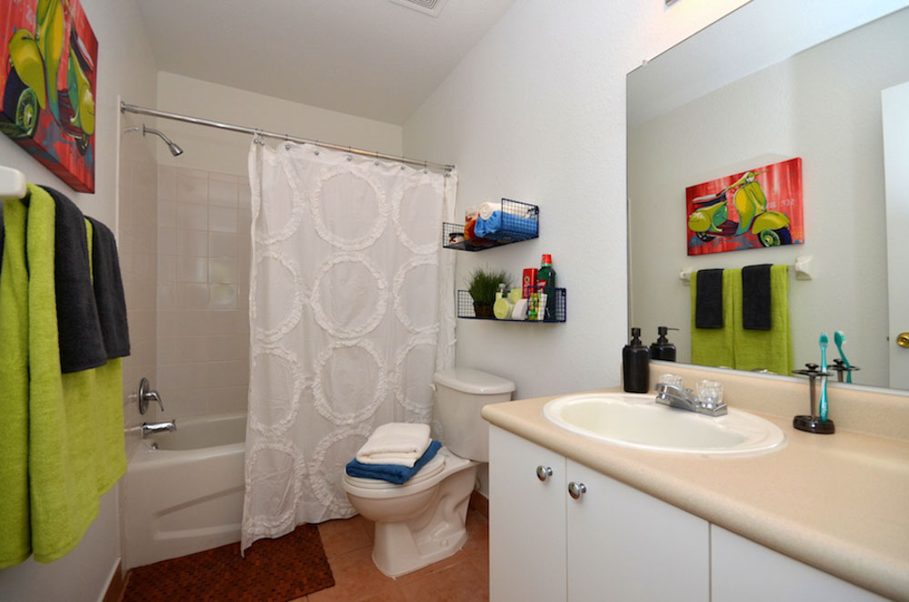 Torchlight-Townhomes-Tallahassee-FL-Bathroom-Unilodgers