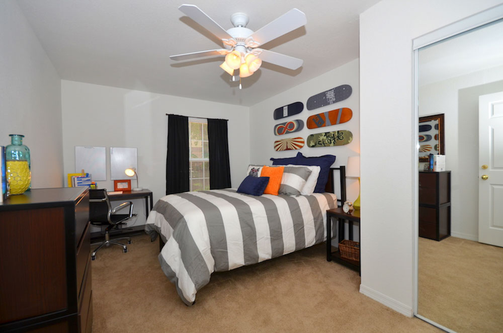Torchlight-Townhomes-Tallahassee-FL-Bedroom-With-Study-Desk-Unilodgers