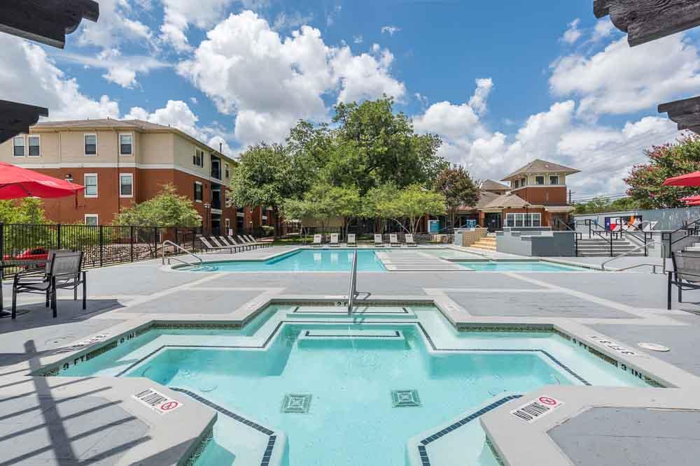 Town-Lake-At-Austin-TX-Poolside-Unilodgers
