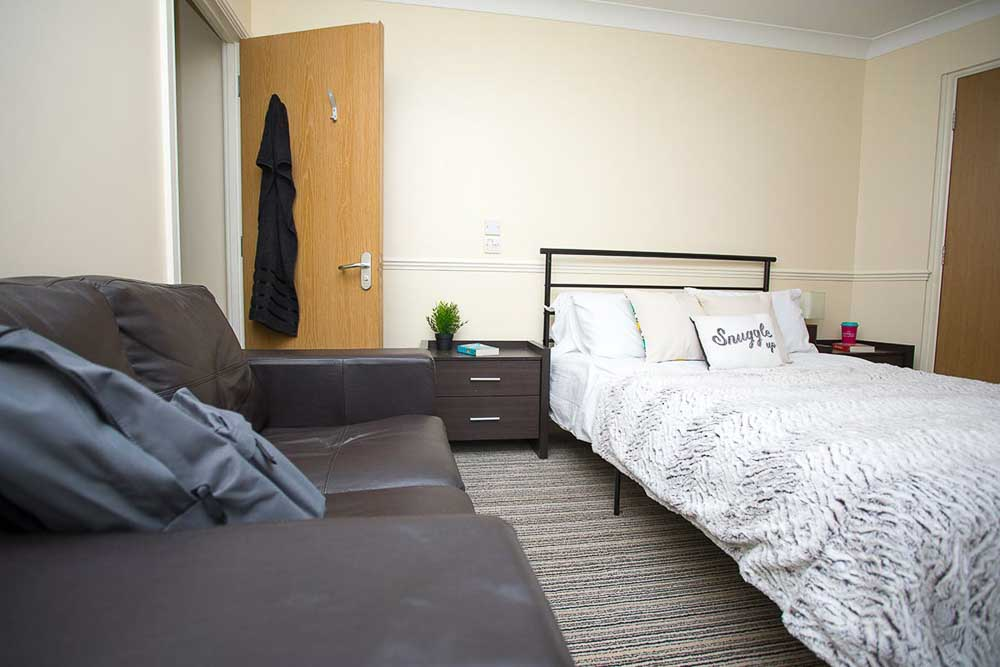 Truro-Court-Sheffield-Deluxe-Apartment-Bedroom-Unilodgers