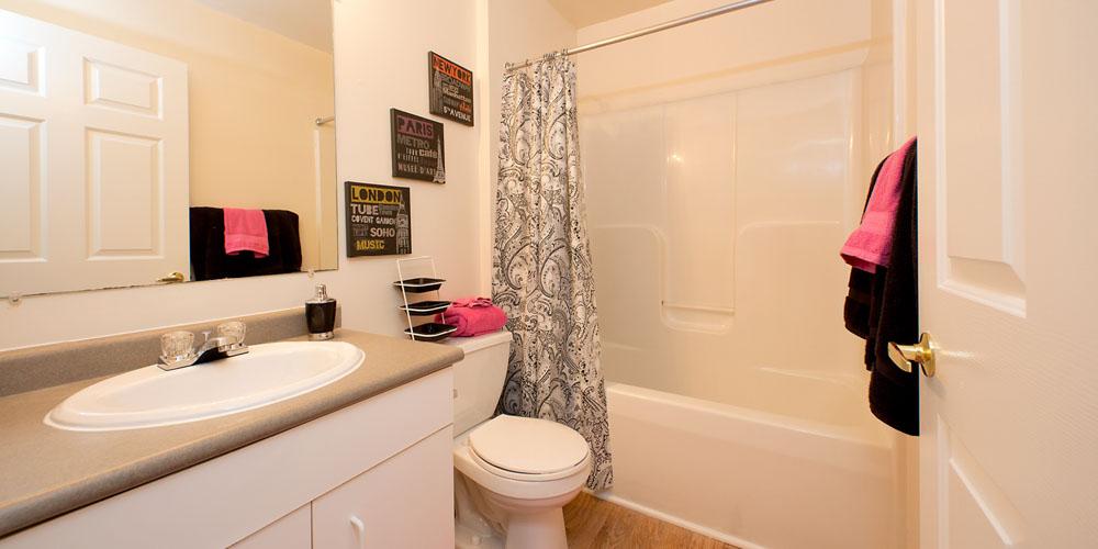 University-Courtyard-Newark-DE-Bathroom-Unilodgers