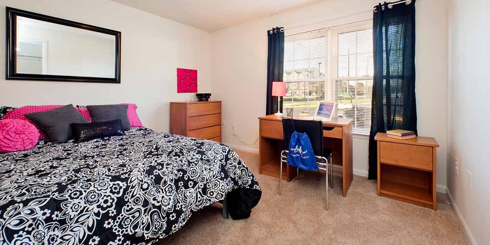 University-Courtyard-Newark-DE-Bedroom-With-Study-Desk-Unilodgers