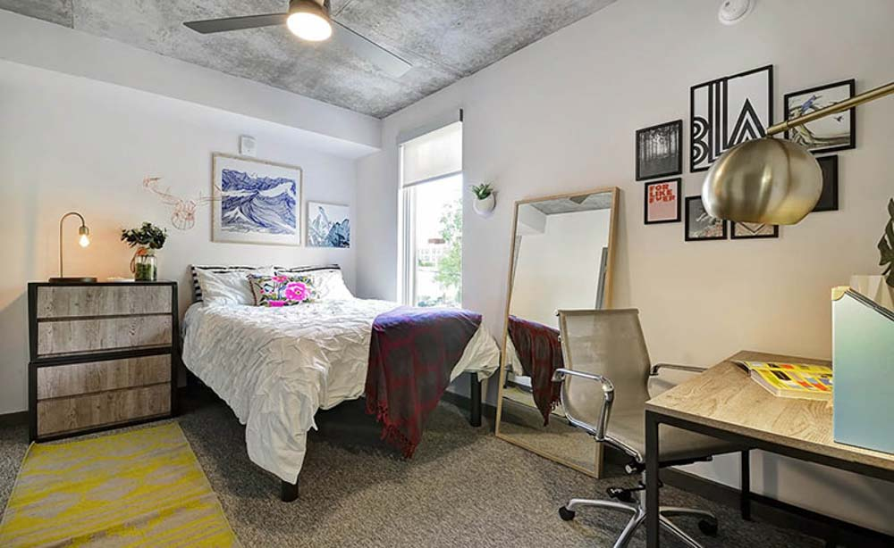 University-House-Austin-TX-Bedroom-With-Study-Desk-And-Chair-Unilodgers