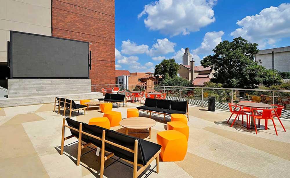 University-House-Austin-TX-Outdoor-Courtyard-Unilodgers