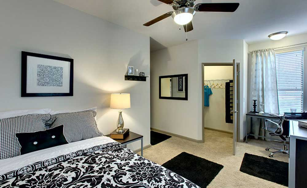 University-House-Central-Orlando-Florida-FL-Bedroom-With-Study-Desk-And-Chair-Unilodgers