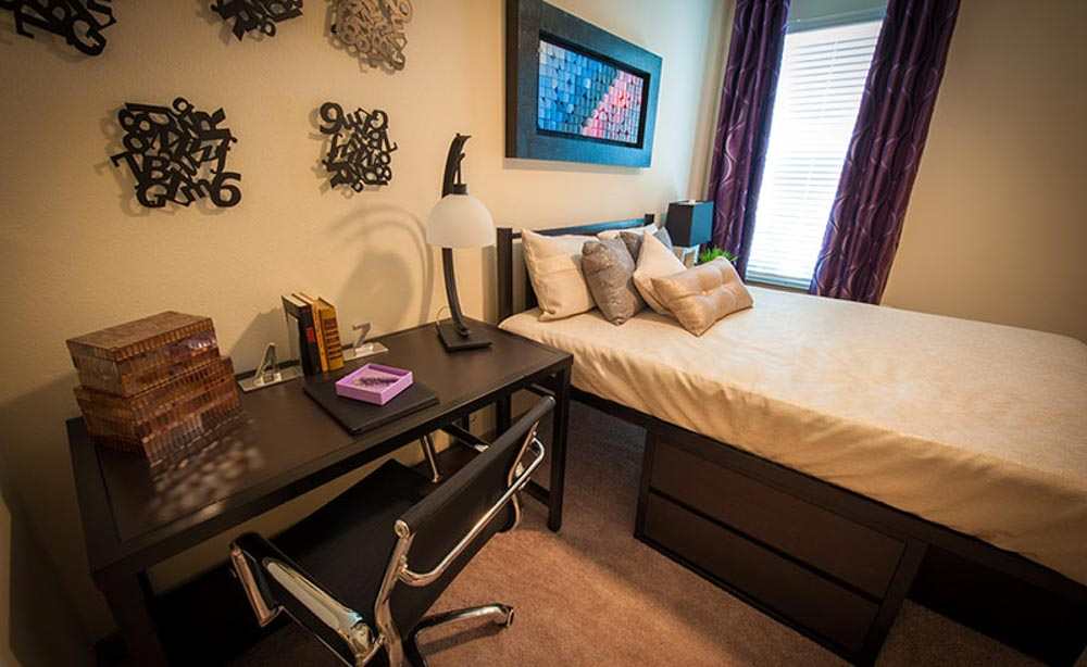 University-House-TCU-Fort-Worth-TX-Bedroom-With-Study-Desk-And-Chair-Unilodgers