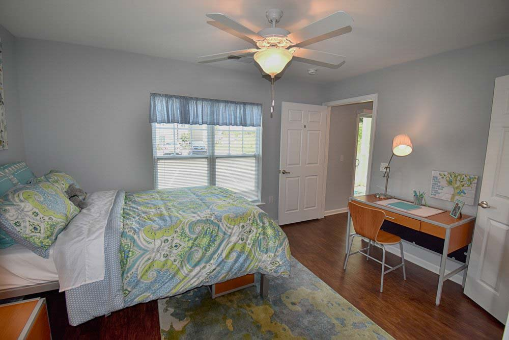 Valley-Falls-Spartanburg-SC-Bedroom-With-Study-Desk-And-Chair-Unilodgers