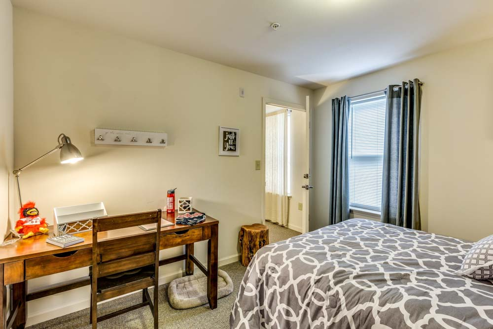 Varsity-House-Muncie-IN-Bedroom-With-Study-Desk-Unilodgers
