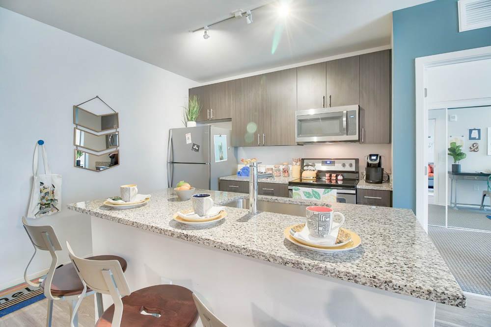 West-&-Wright-Auburn-AL-Kitchen-With-Breakfast-Bar-Unilodgers