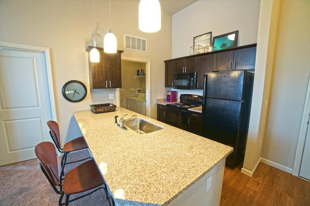 West-Pine-Lofts-St-Louis-MO-Kitchen-With-Breakfast-Bar-Unilodgers