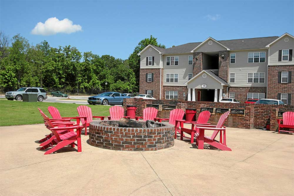 Wolf-Creek-Jonesboro-AR-Outdoor-Courtyard-With-Firepit-Unilodgers