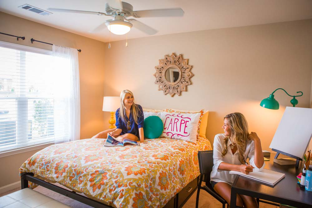 Woodlands-of-Baton-Rouge-LA-Bedroom-With-Study-Desk-And-Chair-Unilodgers