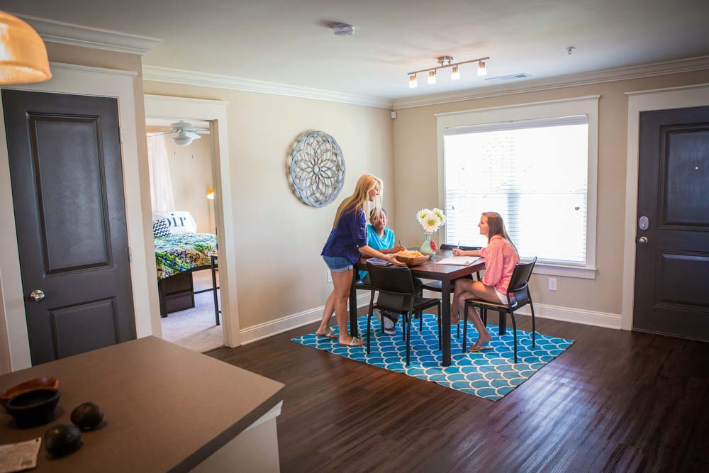 Woodlands-of-Tuscaloosa-AL-Dining-Table-Unilodgers