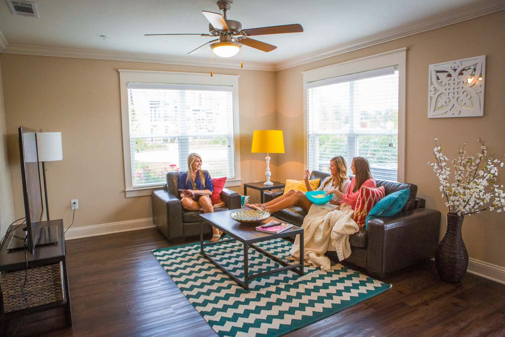 Woodlands-of-Tuscaloosa-AL-Living-Area-With-TV-Unilodgers