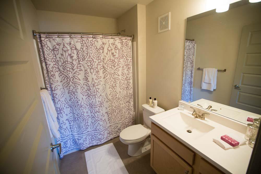 Woodlands-on-West-Tennessee-Tallahassee-FL-Bathroom-Unilodgers
