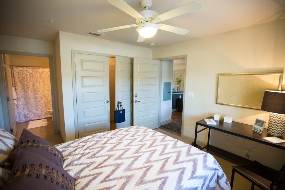 Woodlands-on-West-Tennessee-Tallahassee-FL-Bedroom-With-Study-Desk-And-Chair-Unilodgers