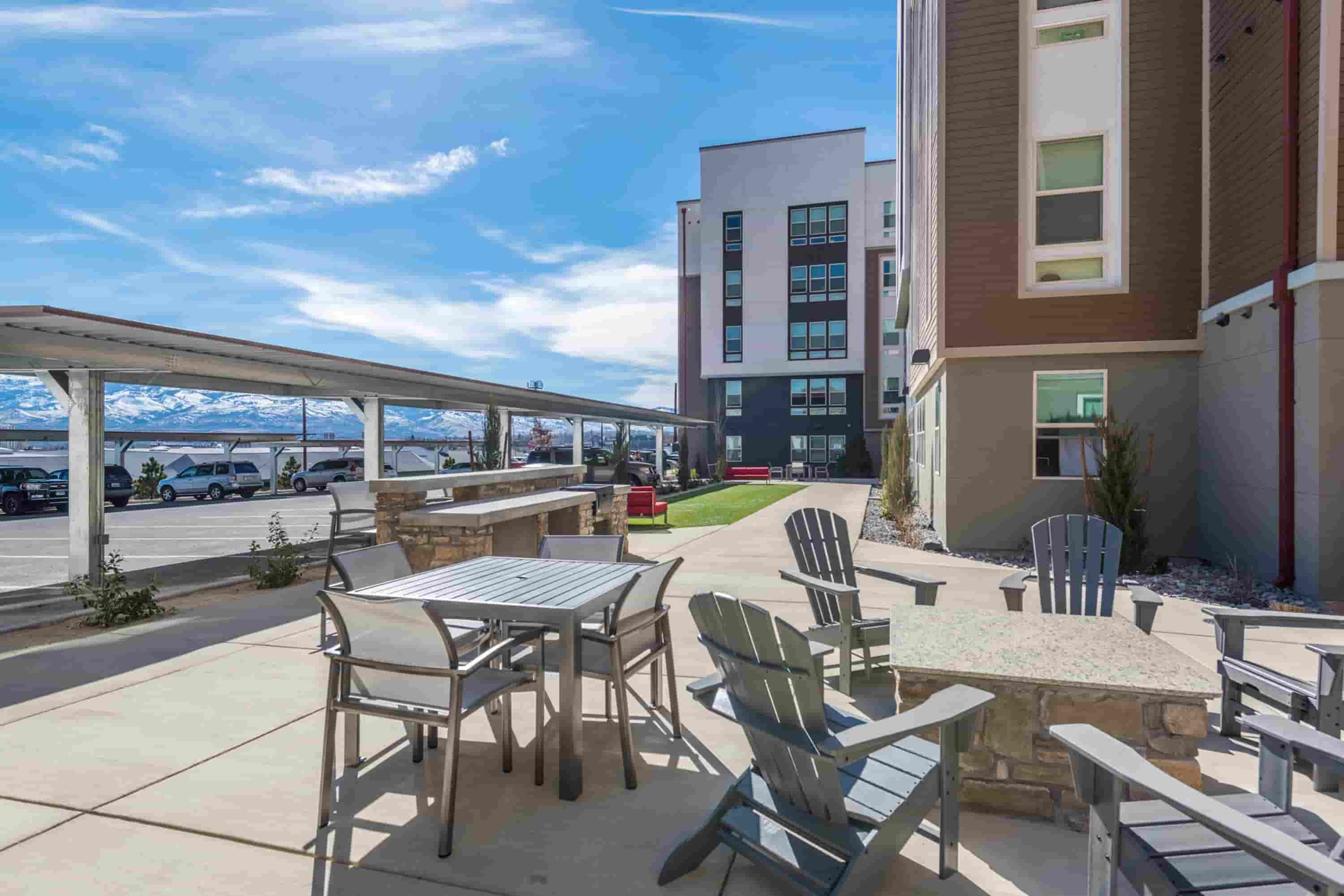 Younion-At-Reno-NV-Outdoor-Courtyard-Unilodgers