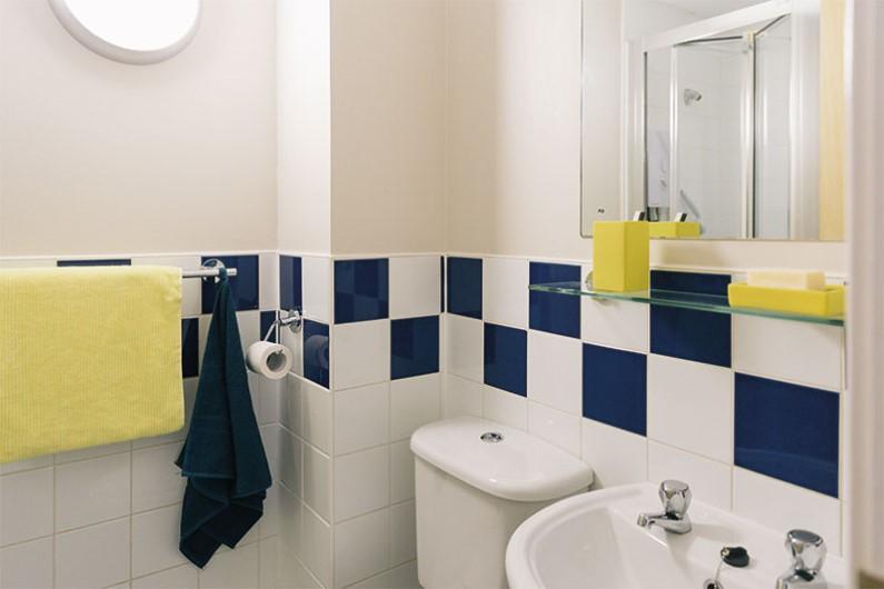 iQ-Arkwright-House-Bradford-En-suite-Bathroom-Unilodgers