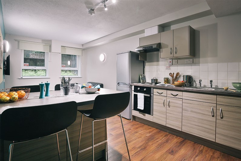 iQ-Arkwright-House-Bradford-Shared-Kitchen-Dining-Area-Unilodgers