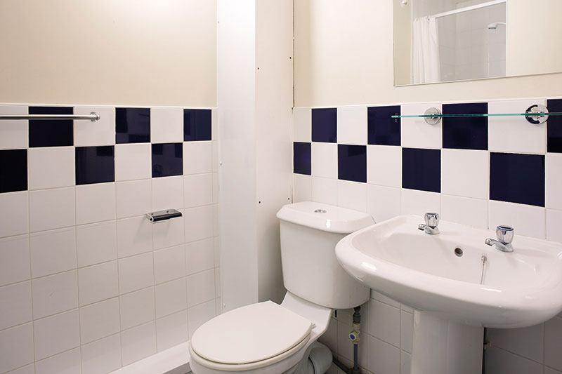 iQ-Aspley-House-Huddersfield-Bronze-En-Suite-Bathroom-Unilodgers