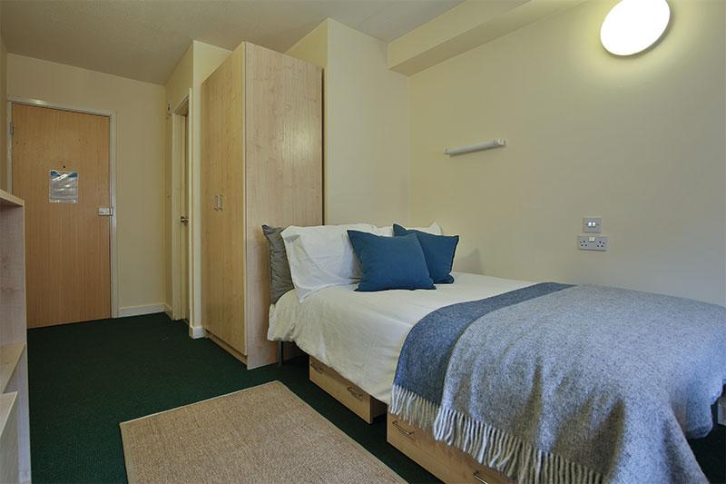 iQ-Aspley-House-Huddersfield-Silver-En-Suite-Bedroom-Unilodgers
