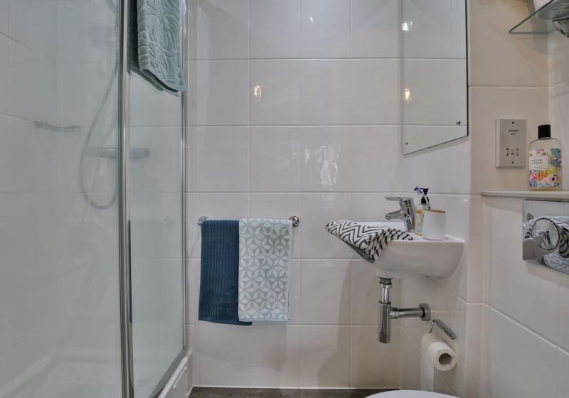 iQ-Sawmills-Brighton-Ensuite-Bathroom-Unilodgers