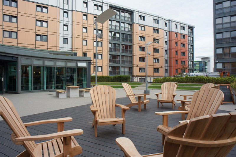 iQ-Wilmslow-Park-House-Manchester-Outdoor-Lounge-Unilodgers